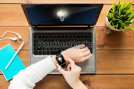 nahaufnahme von frau mit smart watch