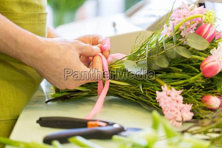 nahaufnahme von florist mann mit buendel