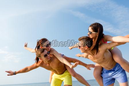 laechelnde freunde die spass am strand