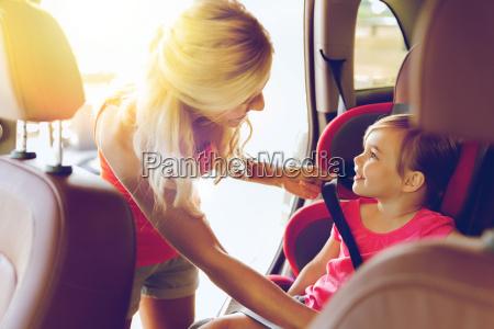 glueckliche mutter befestigung kind mit autogurt