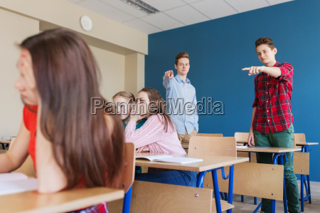 studenten hinter mitschueler klatschend wieder in
