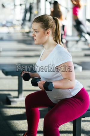 anfaenger maedchen trainieren im fitnessstudio