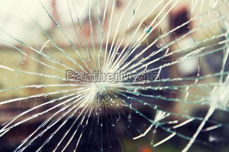 zerbrochenes glas mit rissen