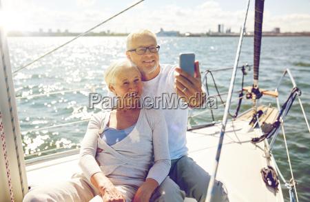 senioren mit smartphone selfie auf der