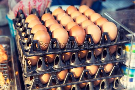 frische eier auf tablett auf asiatischem