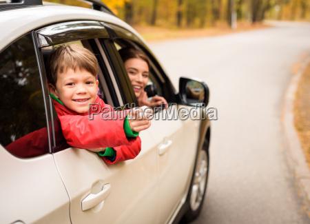 laechelnder junge der durch autofenster