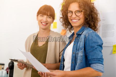 zwei geschaeftsfrau arbeiten zusammen