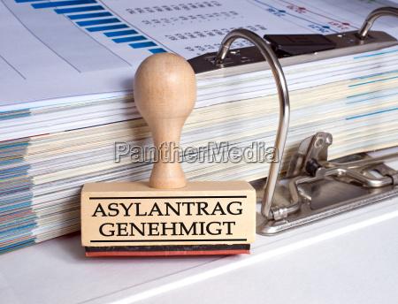asylantrag genehmigt stempel im buero