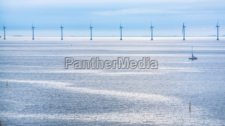 ruhige ostsee mit offshore windpark am