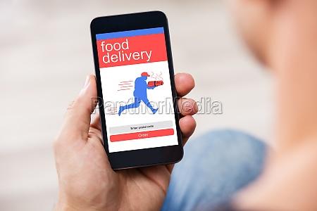smart phone zeige food delivery anwendung