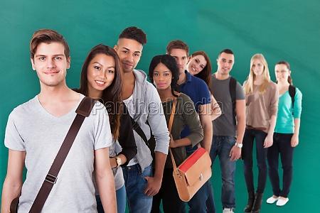 zuversichtlich college studenten stehen in einer