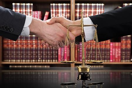 justiz skala mit richter und klient