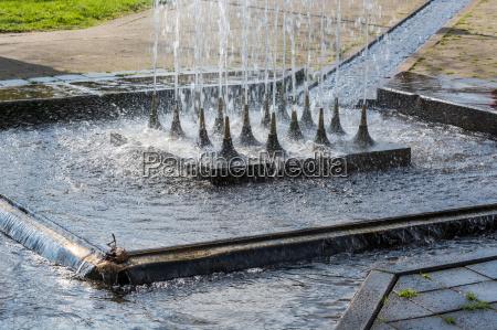 kuenstlich gestalteter wasserfall fontaene