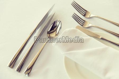 schluss mit besteck auf dem tisch