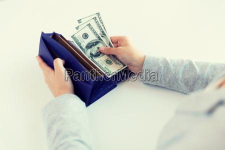 nahaufnahme von frau haende mit brieftasche