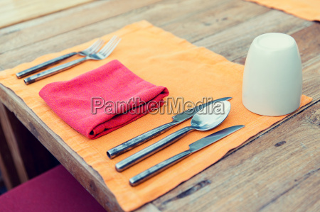 das besteck mit glas und serviette