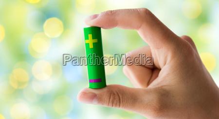 nahaufnahme von hand mit gruenen alkalischen