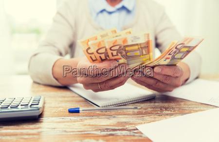 nahaufnahme von aelteren frau zaehlen geld