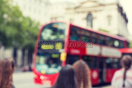 stadtstrasse mit rotem doppeldeckerbus in london