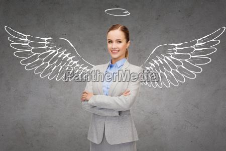 glueckliche geschaeftsfrau mit engelfluegeln und nimbus
