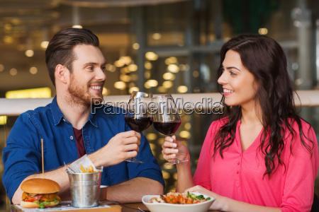 gluecklich paar essen und trinken wein