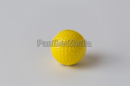 nahaufnahme von gelben golfball