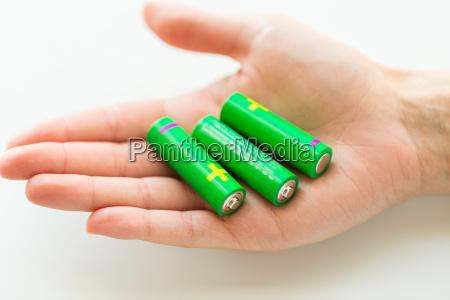 nahaufnahme von hand haelt gruene alkali