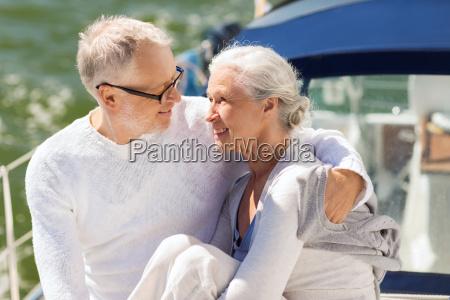 senior paar umarmt auf segelboot oder