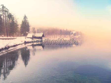 winterzeit im see bohinj slowenien