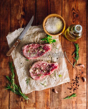 schweinefleisch rib eye steaks mit zutaten