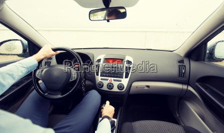 nahaufnahme von jungen mann fahrendes auto