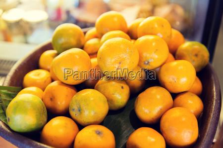 korb mit frischen reifen saftigen orangen