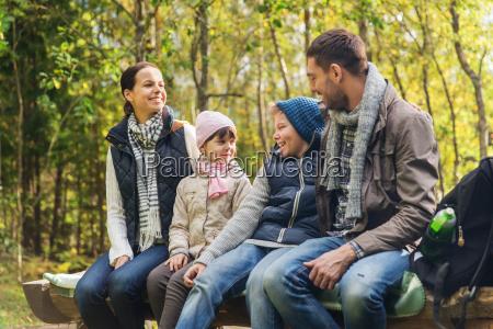 glueckliche familie auf der bank und