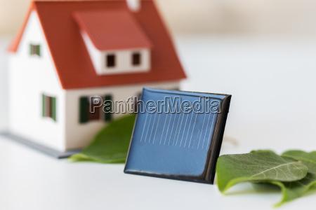 nahaufnahme von haus modell und solarbatterie
