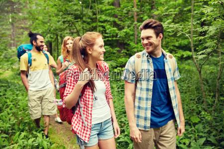 gruppe von freunden mit rucksaecken wandern