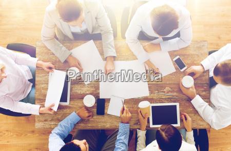 nahaufnahme von business team mit kaffee