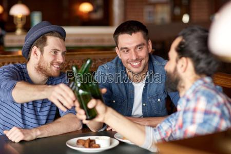 gluecklich maennlichen freunde die bier an
