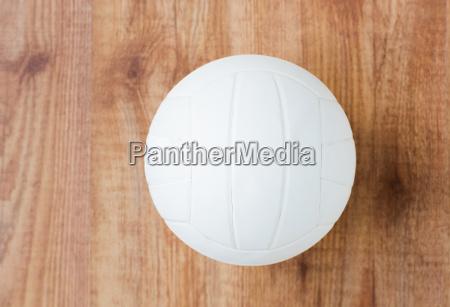 nahaufnahme von volleyball ball auf holzboden