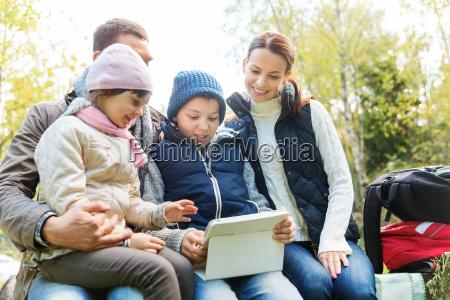 glueckliche familie mit tablet pc und