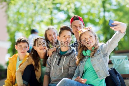 glueckliche teenager studenten nehmen selfie durch