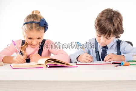 mitschueler schriftlich hausaufgaben in notebooks