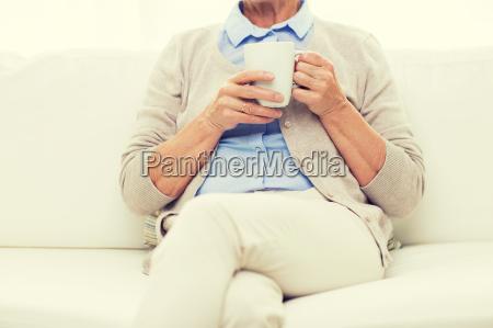 nahaufnahme der seniorin mit teetasse zu