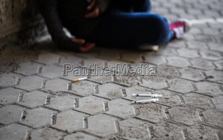 nahaufnahme von suechtigen frauen und drogenspritzen