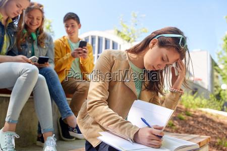 student maedchen leiden von klassenkameraden spott