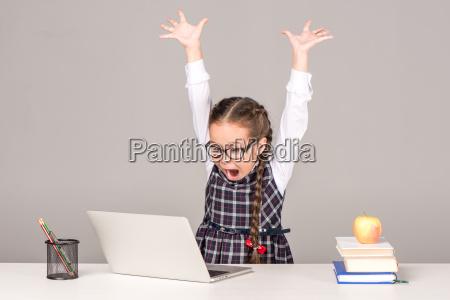 schuelerin am schreibtisch mit laptop
