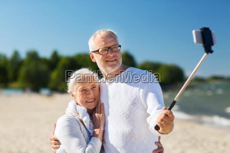 happy senior paar umarmt am sommer