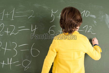 schoolboy schreiben auf tafel