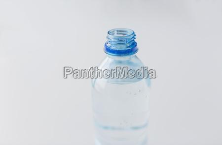 flasche mit trinkwasser auf tisch