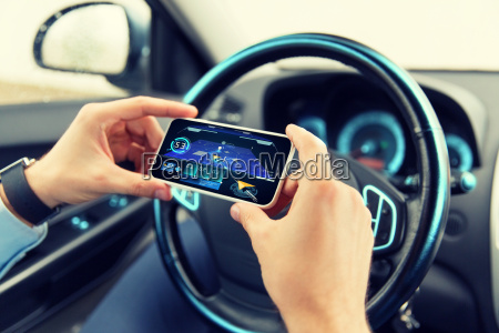 haende mit navigator auf smartphone im
