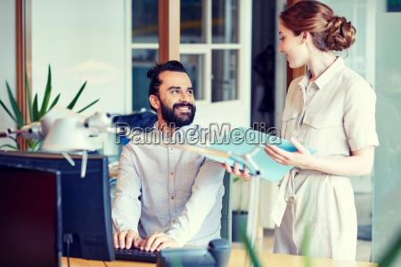 business team mit computer und dateien